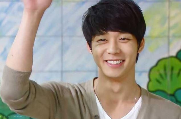 手を挙げて笑顔のパク・ユチョン